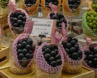 Verkauf der japanischen Traube am Supermarkt lizenzfreies stockbild