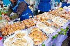 Verkauf der traditionellen russischen Mahlzeit auf Maslenitsa in Mascow, Russland Lizenzfreie Stockbilder