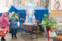 Verkauf der traditionellen russischen Mahlzeit auf Maslenitsa in Moskau, Russland Stockbild