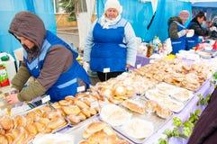 Verkauf der traditionellen russischen Mahlzeit auf Maslenitsa in Moskau, Russland Lizenzfreies Stockfoto