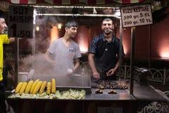 Verkauf des gegrillten Mais und der Kastanien. Istanbul, die Türkei Stockbild