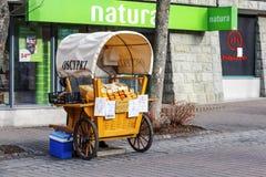 Verkauf des Käses bei Krupowki in Zakopane stockfotos