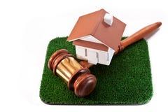Verkauf des Landes mit einem Haus Stockfotos