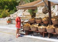 Verkauf des natürlichen griechischen Schwammes Die Hauptstadt der Insel von Symi Stockbild