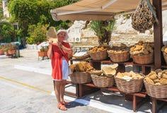 Verkauf des natürlichen griechischen Schwammes Die Hauptstadt der Insel von Symi - Ano Sym Lizenzfreie Stockfotos