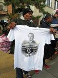 Verkauf eines T-Shirts am Begräbnis des Präsidenten lizenzfreie stockbilder