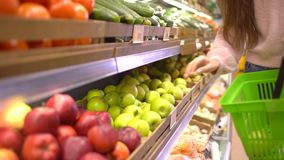 Verkauf, Einkaufen, Lebensmittel, Verbraucherschutzbewegung und Leutekonzept - Frau mit kaufenden Äpfeln der Tasche am Gemischtwa stock video