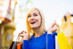 Verkauf, Einkaufen, Tourismus und Konzept der glücklichen Menschen - Schönheit mit Einkaufstaschen im ctiy lizenzfreie stockbilder