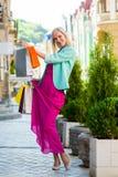 Verkauf, Einkaufen, Tourismus und Konzept der glücklichen Menschen - Schönheit mit Einkaufstaschen im ctiy stockbilder