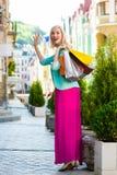 Verkauf, Einkaufen, Tourismus und Konzept der glücklichen Menschen - Schönheit mit Einkaufstaschen im ctiy stockfotografie