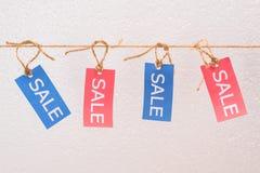 Verkauf etikettiert das Hängen am Seil, Angebotverkaufstags Lizenzfreie Stockbilder