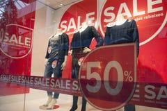 Verkauf im Einkaufen-wndow des Modespeichers Stockbilder