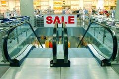?VERKAUF? kennzeichnen innen ein Einkaufszentrum Stockfotografie