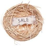 Verkauf kennzeichnen innen ein Vogel-Nest Lizenzfreies Stockbild