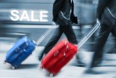 Verkauf. Leute mit Koffern in Eile. Stockbild