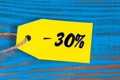 Verkauf minus 30 Prozent Große Verkäufe dreißig Prozent auf blauem hölzernem Hintergrund für Flieger, Plakat, Einkaufen, Zeichen, Lizenzfreies Stockfoto