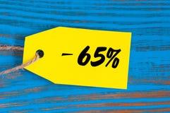 Verkauf minus 65 Prozent Große Verkäufe fünfundsechzig Prozent auf blauem hölzernem Hintergrund für Flieger, Plakat, Einkaufen, Z Stockfotos