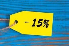 Verkauf minus 15 Prozent Große Verkäufe fünfzehn Prozent auf blauem hölzernem Hintergrund für Flieger, Plakat, Einkaufen, Zeichen Stockbild