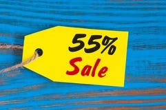 Verkauf minus 55 Prozent Große Verkäufe fünfzig Prozent auf blauem hölzernem Hintergrund für Flieger, Plakat, Einkaufen, Zeichen, Lizenzfreies Stockfoto