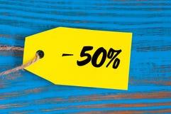 Verkauf minus 50 Prozent Große Verkäufe fünfzig Prozent auf blauem hölzernem Hintergrund für Flieger, Plakat, Einkaufen, Zeichen, Stockfotografie