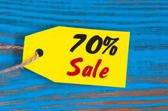 Verkauf minus 70 Prozent Große Verkäufe siebzig Prozent auf blauem hölzernem Hintergrund für Flieger, Plakat, Einkaufen, Zeichen, Stockbilder