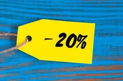 Verkauf minus 20 Prozent Große Verkäufe zwanzig Prozent auf blauem hölzernem Hintergrund für Flieger, Plakat, Einkaufen, Zeichen, Stockbilder