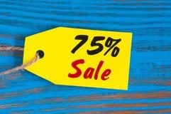 Verkauf minus 75 Prozent Große Verkäufe fünfundsiebzig Prozent auf blauem hölzernem Hintergrund für Flieger, Plakat, Einkaufen, Z Stockfotografie
