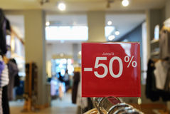 Verkauf mit Kleidung Stockfotos