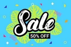 Verkauf 50 persent weg von Hand schriftlicher Beschriftung auf buntem Sommerhintergrund Stockbilder