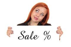 Verkauf. Porträt einer schönen jungen Frau, die weiße Fahne hält Lizenzfreies Stockbild