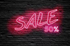 VERKAUF 50% Prozent Leuchtstoffneonröhre-Zeichen auf dunkler Backsteinmauer Front View Kann für on-line-Fahnenanzeigen oder -hint Stockbild