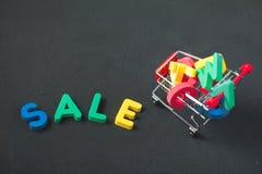 Verkauf, Rabatt, schwarzes Freitag-Konzept mit hellem Aufschrift Verkauf auf einem dunklen Hintergrund, Verbraucherlaufkatze mit  Lizenzfreie Stockbilder