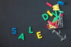 Verkauf, Rabatt, schwarzes Freitag-Konzept mit hellem Aufschrift Verkauf auf einem dunklen Hintergrund, Verbraucherlaufkatze mit  Lizenzfreie Stockfotografie