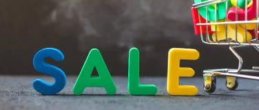 Verkauf, Rabatt, schwarzes Freitag-Konzept mit hellem Aufschrift Verkauf auf einem dunklen Hintergrund, Verbraucherlaufkatze mit  Stockbild