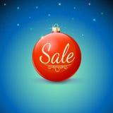 Verkauf, roter Weihnachtsball über sternenklarem Hintergrund Lizenzfreies Stockfoto