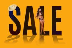 Verkauf schöne junge Brunettefrau in einem Badeanzug lizenzfreie stockfotografie