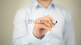 Verkauf sich, Mann-Schreiben auf transparentem Schirm Stockbilder