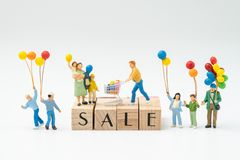 Verkauf, Sonderangebot oder Saisonendekonzept, Miniaturleute h lizenzfreie stockbilder