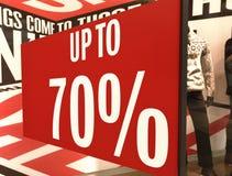 Verkauf unterzeichnen herein ein Shopfenster Stockfotografie
