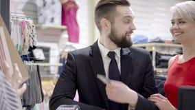 Verkauf, Verbraucherschutzbewegung, Einkaufen und Leutekonzept - glückliches Paar mit Kreditkarte am Bekleidungsgeschäft im Mall stock footage