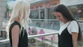 Verkauf, Verbraucherschutzbewegung und Leutekonzept - glückliche junge Frauen mit Einkaufstaschen gehend entlang Einkaufszentrum, stock footage