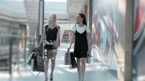 Verkauf, Verbraucherschutzbewegung und Leutekonzept - glückliche junge Frauen mit Einkaufstaschen gehend entlang Einkaufszentrum, stock video footage