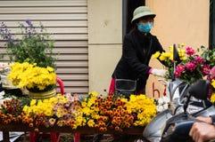 Verkauf von Blumen an neuem Jahr-Tet Mondfeiertag Stockbilder