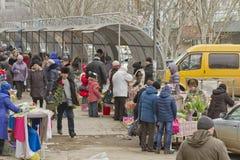 Verkauf von Blumen und von Blumensträußen an der Straße Leutekaufblumen in einem Geschenk am 8. März Stockbilder