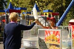 Verkauf von Bonbons in einem Sommerpark Stockfotografie