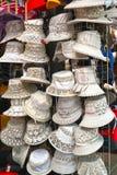 Verkauf von Damen ` Sommerfrauen ` s Hüten im Markt stockfotografie
