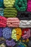 Verkauf von farbigen Strängen des Wollgarns in den Ballen Stockbild