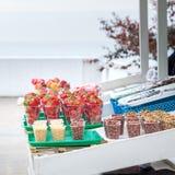 Verkauf von frischen Früchten und von Nüssen auf einem Straßenbehälter Stockfotografie