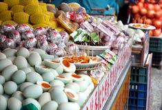 Verkauf von gesalzenen Enteneiern und von konservierten Eiern Stockfotografie