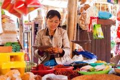 Verkauf von Gewürzen und von Kräutern, Bagan, Myanmar Stockfotos